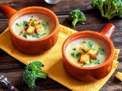 Зеленчукова крем супа с броколи, карфиол, моркови, заквасена сметана и крутони - снимка на рецептата
